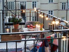Veel mensen willen liever een tuin als buitenruimte aan huis. Begrijpelijk ook wel, een tuin is meestal een stuk ruimer dan een balkon. Maar vandaag willen we een balkon laten zien, of beter gezegd twee balkons, van een bovenwoning uit Kopenhagen. Deze twee balkons waren zelfs dé belangrijkste reden geweest voor de bewoners om naar dit appartement te verhuizen. De voordelen van twee balkons Het zijn de twee balkons van kunstenaar Bjørn Agertved, die samen met zijn vriendin, Maria Steinhauer…