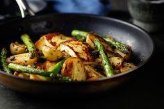 Spárgával, sajttal sült újkrumpli: csak dobd a serpenyőbe a hozzávalókat - Recept | Femina Kung Pao Chicken, Green Beans, Cucumber, Zucchini, Vegetables, Ethnic Recipes, Tej, Food, Essen