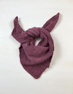 Gaze-/ Muslin-Tuch der hochwertigen Art. 100% weiche Biobaumwolle. Wärmend oder angenehm kühlend, je nach Bedarf. Vielseitig verwendbar, als Halstuch, Decke, Kopftuch, ... Maße: 70 x 70 cm (für Babies und Kleinkinder oder als Kopftuch für Teens und Erwachsene).
