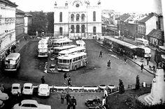 A Kossuth téri képek egyik gyakran előkerülő képe, de kihagyhatatlan a sorozatból. A fényképen az 1962-től  itt volt, helyi járatú autóbusz-végállomás (1986-ig). A felvétel az 1970-es években készült. Old Pictures, Historical Photos, Hungary, Budapest, Paris Skyline, Times Square, Street View, Marvel, Historical Pictures