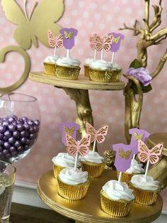 Cada anuncio viene con 10 cupcake toppers mariposa. Vendrán planas durante la entrega para la protección, pero las alas pueden salir para convertirse en un estilo 3D. La mariposa es de brillo dorado y con cartulina rosa y púrpura. Viene con dos estilos de las mariposas. Si desea un pedido