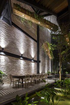 Image 9 of 60 from gallery of An'garden Café / Le House. Photograph by Hiroyuki Oki Restaurant Lighting, Outdoor Restaurant, Cafe Restaurant, Coffee Shop Design, Cafe Design, House Design, Bar A Vin, Café Bar, Cocktails Bar