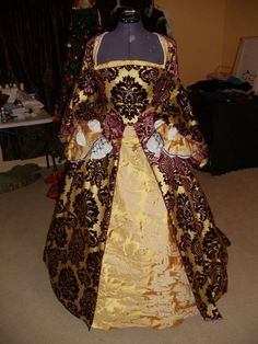 Court Tudor Gown. This is so regal.
