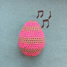 DIY - Hæklet rasleæg. Små rasleæg med bjælder der giver lyd. Brug æggene når i synger denne sang...