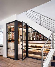 aménager un dessous d'escalier en cave à vin fermée appartement