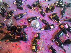"""La direttrice: «Il personale ha pensato che ci fosse stata una festa ed ha """"ripulito"""" l'installazione con le bottiglie per terra». L'opera delle artiste milanesi Goldschmied"""