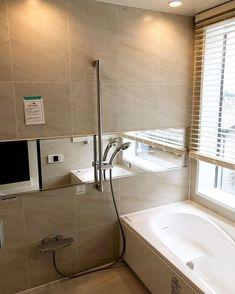 @ny__house - Instagram:「我が家のお風呂です。  リゾートホテルライクなお風呂を目指したかったので、外がダイナミックに見えるように大きな窓にし、出入口はガラス扉にしました。 …」 Corner Bathtub, Alcove, Bathroom, Interior, Toilet Ideas, House, Instagram, Life, Washroom