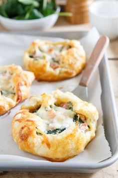 Enjoy these ham cheese and spinach breakfast pies on your way out the door in the morning or even as an easy brinner option! Enjoy these ham cheese and spinach breakfast pies on your way out the door in the morning or even as an easy brinner option! Breakfast And Brunch, Breakfast Dishes, Sunday Brunch, Mini Breakfast Food, Breakfast Spinach, Breakfast Appetizers, Easter Brunch, Breakfast Recipes With Eggs, Sunday Lunch Ideas