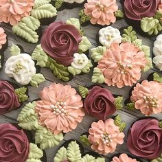 Love the color combo Mother's Day Cookies, Fancy Cookies, Iced Cookies, Yummy Cookies, Amish Sugar Cookies, Flower Sugar Cookies, Sugar Cookie Royal Icing, Buttercream Decorating, Cookie Decorating