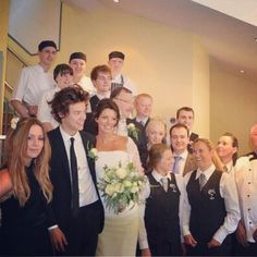 Harry Styles played the role of best man at his mom Anne Cox& . Harry Styles Lindo, Harry Styles Funny, Harry Styles Imagines, Harry Edward Styles, Harry Styles Family, One Direction Harry Styles, Anne Cox, Gemma Styles, To Infinity And Beyond