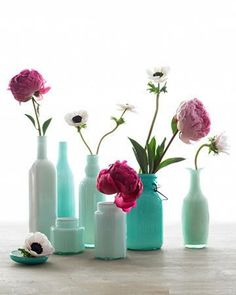 Hundreds of unique vase Ideas for centerpieces with a huge gallery of photo inspirations, whether it's for your home, a party, a wedding reception, or fitting with your holiday decor. Diy Bottle, Wine Bottle Crafts, Bottle Painting, Diy Painting, Decor Crafts, Easy Crafts, Diy Painted Vases, Painted Bottles, Wine Bottle Centerpieces