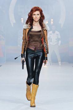 Mit Waffe: Anna Chapman 2011 auf der Modenschau der russischen Designer Shiyan & Rudkovskaya in Moskau.