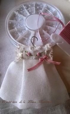Desde hace mas de dos años que voy haciendo este modelo de vestido con el canesu bordado con flores o bodoques y rematado con encajes ...