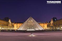 #MuséeduLouvre #France #Paris  O MUSEU DO LOUVRE é um dos maiores do mundo  com 60 600 metros quadrados de espaço de exposição . Ele é um antigo palácio real  transformada em um museu a partir de 1793. Ele exibe obras de arte de diferentes partes do mundo cobrindo um período da antiguidade até 1848 .