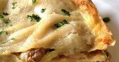 """Lasagne bianche ai funghi. Anticamente a Genova il giorno dell'Epifania, si preparavano le lasagne bianche """"gianche"""", perché la pasta era bianca candida, rigorosamente senza uovo, così come vuole l'autentico impasto alla genovese. Si condivano al pesto o al sugo bianco di funghi, talvolta si cuocevano in brodo, ma mai con il pomodoro."""