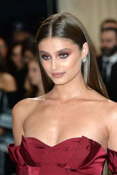 Today I'm showing you how to experiment with a dramatic rusty, reddish-brown smokey eye in my Taylor Hill 2017 Met Gala makeup tutorial. She's so beautiful!
