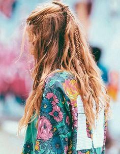 Coiffure de plage pour cheveux longs. Tresses partant du haut de la tête et cheveux lâchés