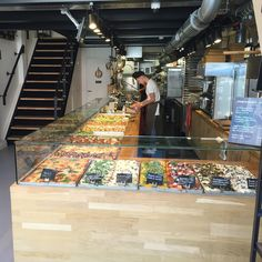 Lovely ready to go food display commercialkitchen Deco Restaurant, Pizza Restaurant, Bakery Interior, Restaurant Interior Design, Salad Bar Restaurants, Pizza Store, Pizzeria Design, Cagnes Sur Mer, Small Coffee Shop
