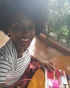 Sábado também é dia !! Consultoria Natura. Consultoria tupperware #AquiTemCupom #ConsultoriaAtiva #NaturaNaPontaDosDedos #AquiÉDigital #NaturaAUmClique #natura #tupperware Descrição da arte digital #pracegover: mulher negra sorrindo cabelo black power blusa branca com listras pretas horizontal. Sentada com tãlão de pedidos natura e revista tupperware.