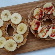 Ohhh how I missed you Toasted peanut butter & almond butter banana bagel topped with date syrup. Crunchy sweet & salty just how I like it by nourishingfoods