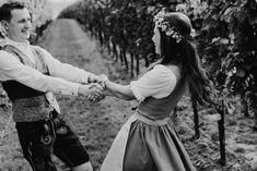 Eine Outdoor-Hochzeit mitten in den Weinbergen - kann es etwas Schöneres geben? Im Juli 2018 haben sich Victoria und Michael das JA-Wort gegeben und ich durfte die beiden mit meiner Kamera begleiten. In diesem Blogeintrag möchte ich ein paar Bilder dieses traumhaften Festes mit euch teilen! #photobisiert #trachtenhochzeit #traditionell #blumenkranz #traditionellehochzeit #trachtenpärchen #hochzeitsfotograf #natürlichehochzeitsfotografie #dancewithme #dancingcouple #hochzeitsdirndl #lederhose Flower Crown Wedding, Wedding Flowers, Victoria, Traditional Weddings, Outdoor Wedding Seating, Floral Wreath, Wedding Photography, Getting Married, Camera