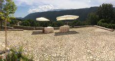 Aperitivo con lo sfondo del Monte Sirente Aperitif with the background of Mount Sirente #weddingday #fontecchio #laquila #italy #food #location #abruzzofood