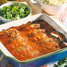 Backofen auf 200 °C Umluft vorheizen.Mett mit Salz und Pfeffer würzen, anschließend zu fingerdicken Würsten rollen. Chilisoße, Sahne und Milch...