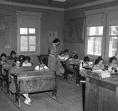 Quelque 4000 écoles de rang coloraient toujours le paysage québécois dans les années 1940. Montreal Ville, Still Standing, Old Pictures, Vintage Images, Restaurant Bar, Canada, Hui, Graffiti, Nostalgia