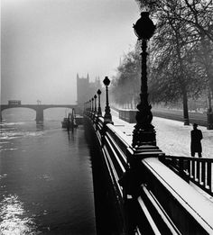 Wolfgang Suschitzky - Embankment, London, 1947 From I am a lucky man