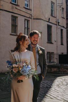 On the blog today - we've got the most gorgeous microwedding, guaranteed to put a smile on your face 🌞 Not only did Ally and Marty have to change their plans because of lockdown, but they also found out they were expecting 🥰 but their more intimate Edinburgh city wedding was absolutely perfect - see more on the blog! photos by Sinead Firman, dress by Laura Ironside, flowers by Rose & Ammi, wedding ring by Cecilia Stamp