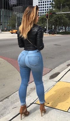 Check out awesome collection featuring sexy women in tight jeans. 30 amazing pictures of hot and sexy chicks wearing some very tight jeans. Jeans Skinny, Sexy Jeans, Jeans Heels, Russian Kim Kardashian, Jean Sexy, Black Girlfriend, Boyfriend, Sexy Women, Curvy Women