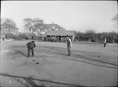FACTORY WELFARE WORK: WELFARE AT PILKINGTON'S GLASS FACTORY, ST HELENS, LANCASHIRE, ENGLAND, UK, 1944  D 20106  The welfare facilities at the glass factory include 45 acres of recreation grounds. The grounds comprise bowling greens, tennis courts, cricket grounds and football pitches. Here we see a bowls match between two local teams in progress in the sunshine on...