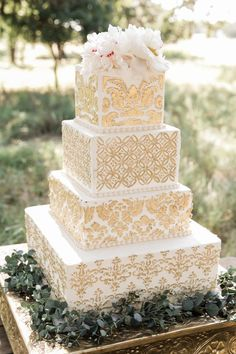 The design and the look really decide whether your guests want to take a bite of the cake. And since many people are tired of the usual round wedding cakes, it's time to try something new, like square wedding cakes. White Square Wedding Cakes, Round Wedding Cakes, Indian Wedding Cakes, Amazing Wedding Cakes, Elegant Wedding Cakes, Wedding Cake Designs, Indian Weddings, Elegant Cakes, Gorgeous Cakes