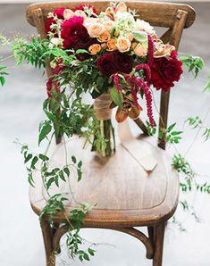 Must have свадебной фотосессии 2015: букет невесты на стуле - The-wedding.ru