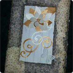 Bilderrahmen aus Styropor mit gestanzten Blumen festgesteckt