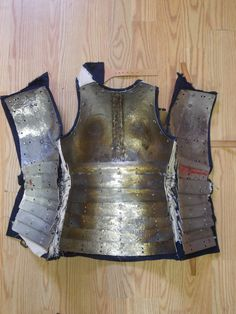 Corazzina, circa 1360-1370. Weight: 8 Kg Material: Stainless steel, Cotton Fabric Technique: Cold forging, Welding, Laser cutting Collaboration with the owner (shown in the picture). The breastplate is made of 2 pieces of 2 mm steel welded together, the back plates are 1 mm and all the fauld plates, front and back, are 1.5 mm. The cover consists of 2 layers of cotton fabric.