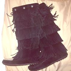 Minnetonka 5-Layer Fringe Boot Super comfy and warm boots! Lightly worn and in great condition! Minnetonka Shoes Winter & Rain Boots