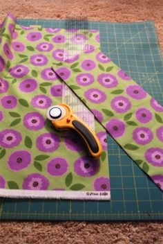 A simple flannel rag quilt tutorial on how to make a rag strip quilt tutorial in three hours. Strip Rag Quilts, Flannel Rag Quilts, Baby Rag Quilts, Jellyroll Quilts, Quilting For Beginners, Quilting Tips, Quilting Tutorials, Machine Quilting, Beginner Quilting