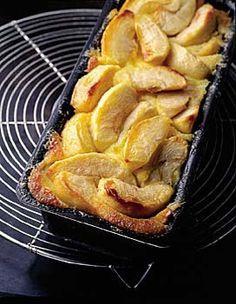 Recette terrine aux pommes : Préchauffez le four à 120° (th. 4). Pelez et détaillez les pommes en quartiers. Citronnez-les. Dans une casserole, cuisez par...