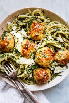 Baked Chicken Meatballs with Broccoli Pesto Pasta - - With just five ingredients, these parmesan-loaded baked chicken meatballs are good any way you serve them. But, paired with a hearty roasted broccoli pesto and pesto, they make for a lovable feast. Pesto Au Brocoli, Broccoli Pesto, Broccoli Chicken, Chicken Pesto Pasta, Roasted Chicken, Fried Chicken, Chicken Gravy, Shrimp Pasta, Pasta Recipes