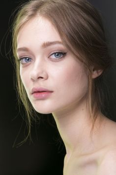 MINIMAL + CLASSIC: soft natural make-up with subtle cat-eye