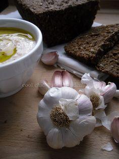 Crema di cannellini all' aglio rosa di lautrec & Pane nero