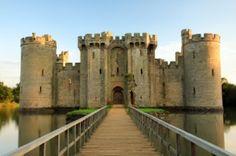 Els llacs en l'àmbit de l'arquitectura: el castell Bodian és una bonica construcció sobre un llac. El podem trobar al Regne Unit.