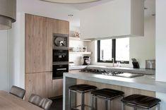 Strakke houten keuken Muji Style, Kitchen Cabinets, New Homes, Table, House, Furniture, Gamma, Kitchens, Home Decor