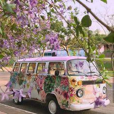 volkswagen purple kombi with flowers Volkswagen Transporter, Volkswagen Bus, Vw T1 Camper, Kombi Motorhome, Campers, Hippie Camper, Volkswagen Beetles, Motorhome Travels, Vw Kombi Van