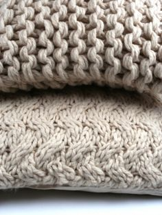 Maybe made with size 17 needles? Like colors. Knit Pillow, Knitted Pillows, Fluffy Pillows, Bed Pillows, Textiles, Greige, Chunky Sweaters, Chunky Knits, Pillow Texture