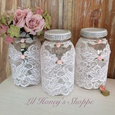Wedding mason jars shabby chic country lace by lilhoneysshoppe 29 Brilliant Decor Ideas That Will Make Your Home Look Fabulous – Wedding mason jars shabby chic country lace by lilhoneysshoppe Source Shabby Chic Jars, Shabby Chic Shelves, Shabby Chic Crafts, Shabby Chic Pink, Shabby Chic Homes, Shabby Chic Decor, Pot Mason Diy, Mason Jar Crafts, Bottle Crafts