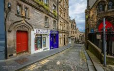 Upper Bow Street that leads from the Lawn Market/Castle Hill junction to Victoria Street/Junction