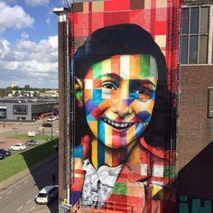 """O artista brasileiro Eduardo Kobra faz dos muros das cidades a sua galeria e escolheu Anne Frank para ser homenageada nos muros de Amsterdã. A obra intitulada """"Deixe-me ser eu mesmo"""" en…"""