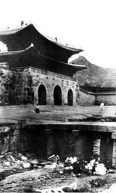경복궁(景福宮)의 어제와 오늘 궁과 광화문 조선시대에 만들어진 다섯 개의 궁궐 중 첫 번째로 만들어진 곳으로, 조선 왕조의 법궁이다. 한양을 도읍으로 정한 후 종묘, 성곽과 사대문, 궁궐 등을 짓기 시작하는데 1394년 공사를 시작해 이듬